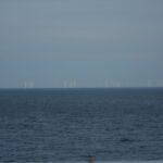 Pogled s trajekta - veternice v morju