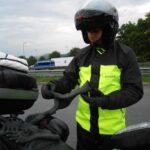 Oblačenje gumijastih dežnih rokavic