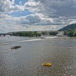 Reka Vltava, ki teče skozi mesto (Praga)