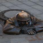 """Kip """"Man at work"""" v starem delu mesta (Bratislava)"""